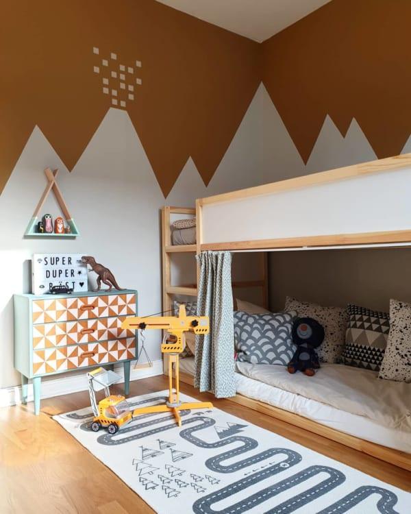 壁紙とインテリアをマッチさせた子供部屋