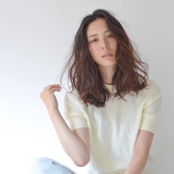 センター分け前髪×ミディアムヘア《ウェーブ》4
