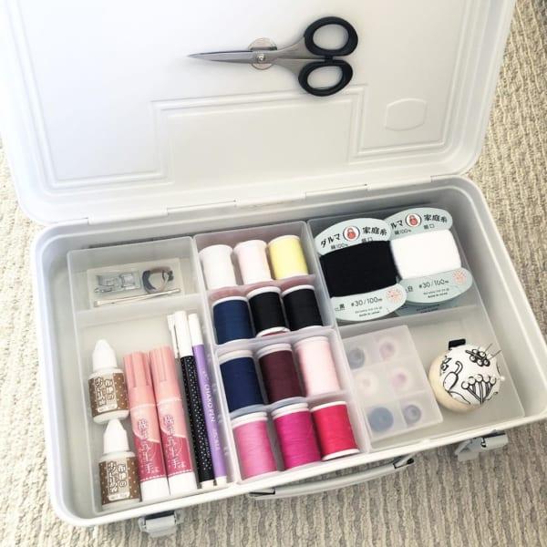 工具箱3:充実のツールを収納した裁縫箱に