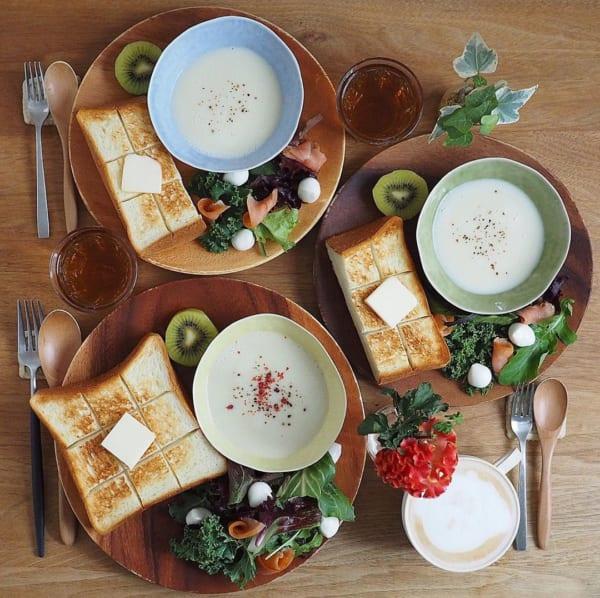 ナチュラルな食卓を演出するアカシアプレート