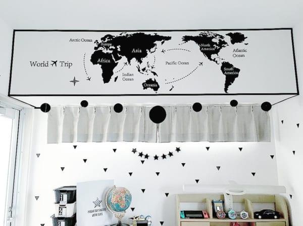シンプルな壁紙にウォールステッカーをプラス