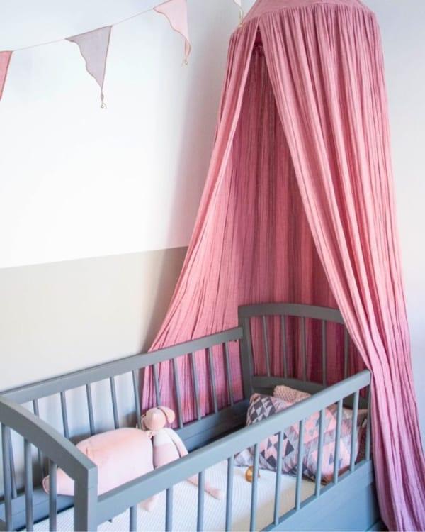 人気のツートン壁紙で落ち着く子供部屋