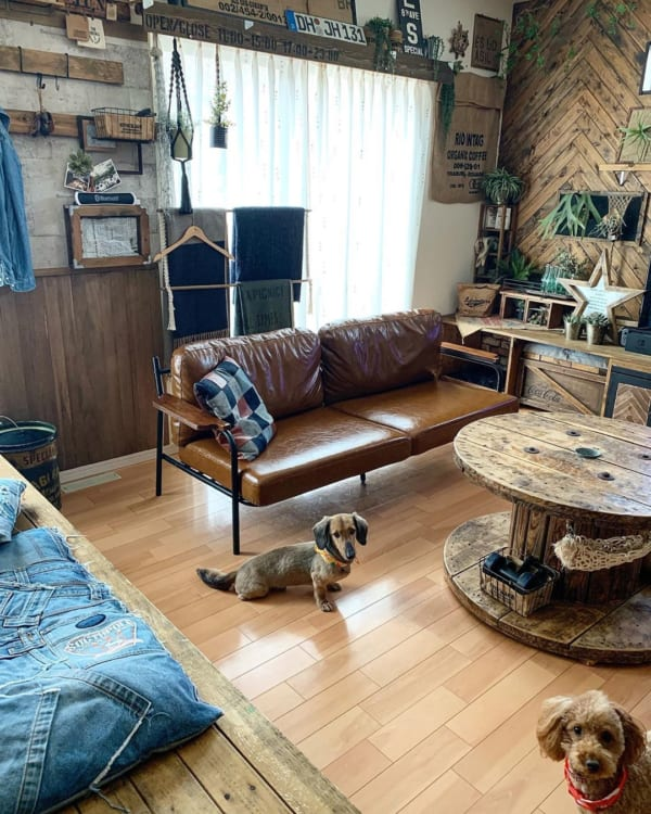 男前な空間に魅力的なソファをプラス