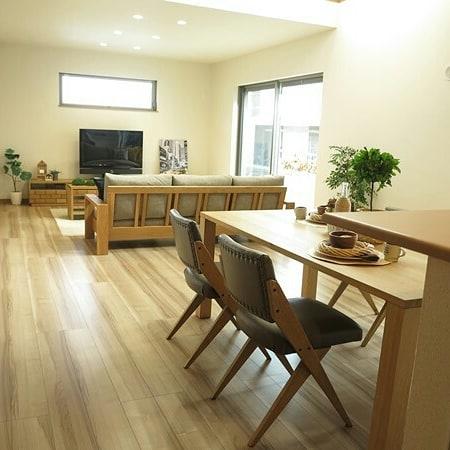 オーク材の家具でコーディネートした15畳LDKレイアウト
