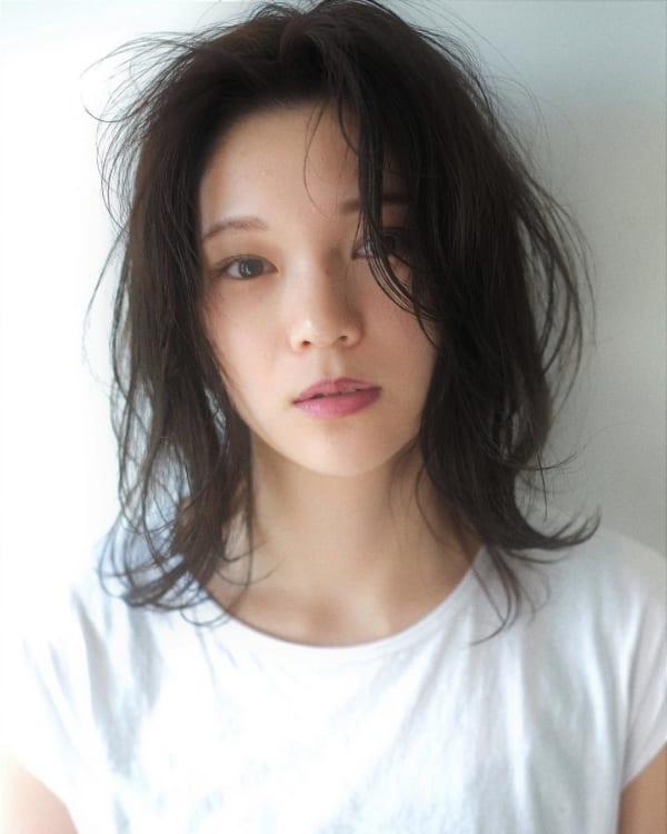 センター分け前髪×ミディアムヘア《黒髪・暗髪》4