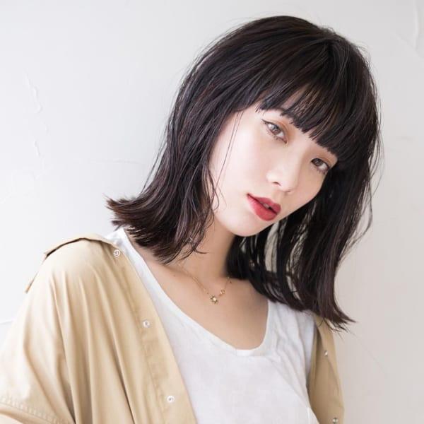 ぱっつんバングが可愛い黒髪ミディアムヘア