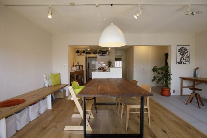 家全体の様子が見渡せるキッチンは、奥さまのワークスペースも兼用