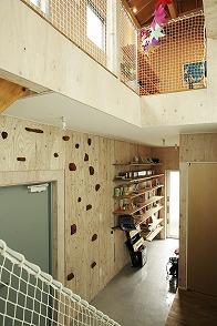 構造用合板の壁=手を入れる「余白」壁にはボルダリングを設置。