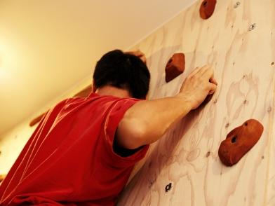 構造用合板の壁=手を入れる「余白」壁にはボルダリングを設置。2