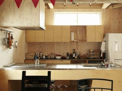 構造用合板の壁=手を入れる「余白」壁にはボルダリングを設置。8