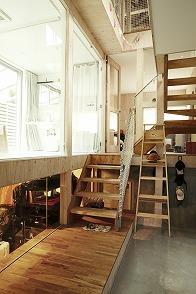 大勢の人が自由に楽しめる空間。家をシェアしてオープンな場所に。