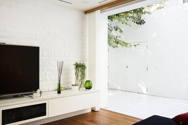明るい空間をつくるために白を基調とし、素材の変化でコントラストを付ける。2