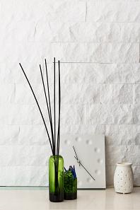明るい空間をつくるために白を基調とし、素材の変化でコントラストを付ける。3