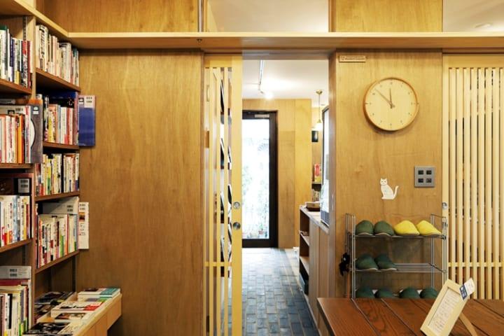 本棚の一番上はキャットウォーク。猫が自然に本棚を通り抜ける動線4