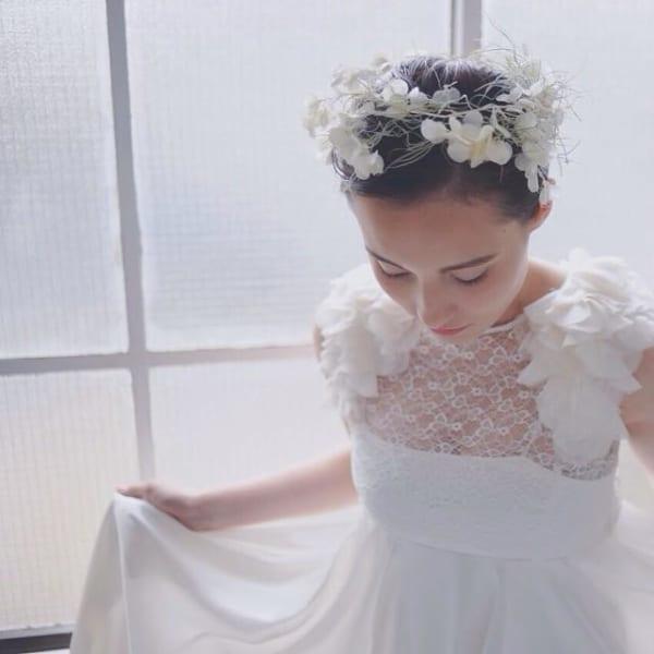 花嫁向け前髪なしの髪型⑤スッキリ&花かんむり