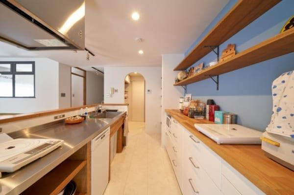 二列レイアウトのオープンキッチン