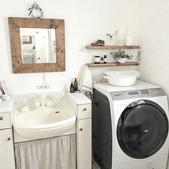 洗面所の鏡もフレームをアンティーク仕上げに