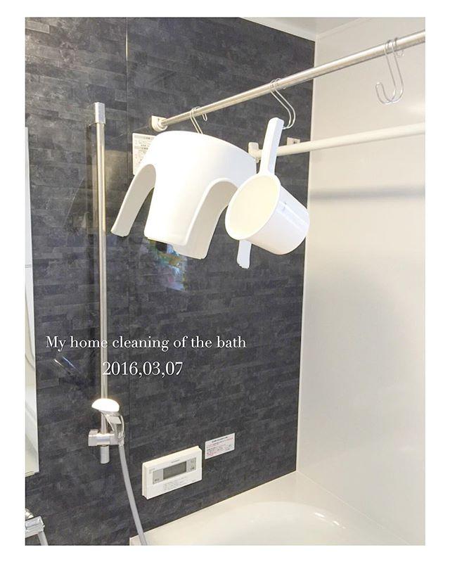 浴室でS字フックにぶら下げる収納が清潔!