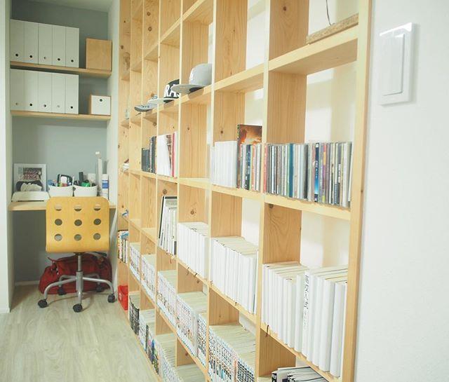 部屋の仕切りも兼ねた本棚