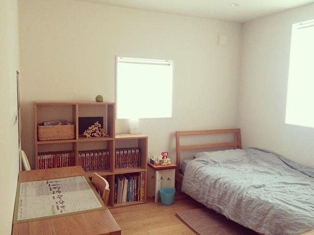 子供部屋の本棚も窓枠に合わせて設置