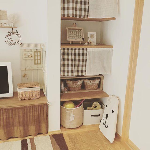 狭い居間にも似合う可愛らしいおもちゃ収納術