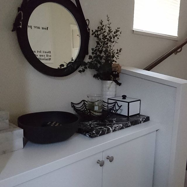 ベルトの色などでも雰囲気が変わる鏡