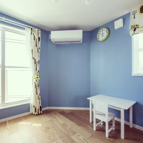優しい色合いのミニマリストの子供部屋