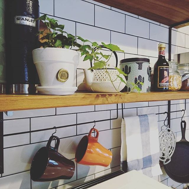 棚板の下で台所用品や食器を格好良く保管