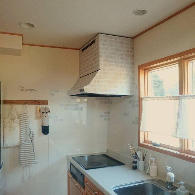 可愛い台所に似合う壁掛けを使った壁面収納