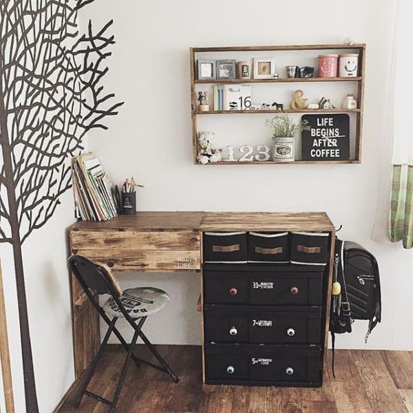 木製家具で統一したミニマリストの子供部屋