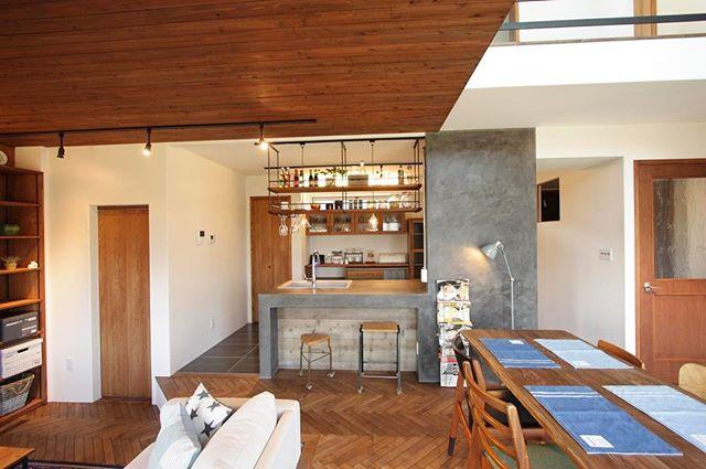 床材が目を引くインダストリアルな部屋作り