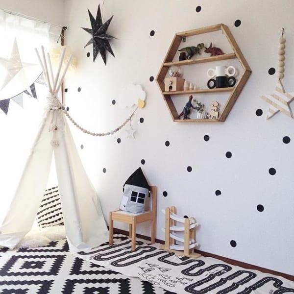 モノトーンで統一したミニマリストの子供部屋