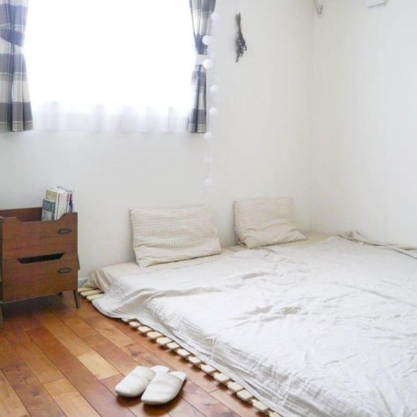 布団の下にすのこを敷いた二人暮らしの寝室