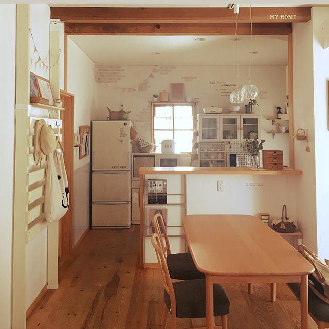 白と茶色でまとめたダイニングキッチン