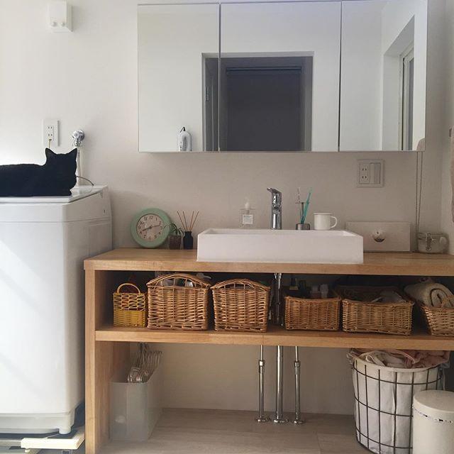 造作洗面棚にカゴを使って