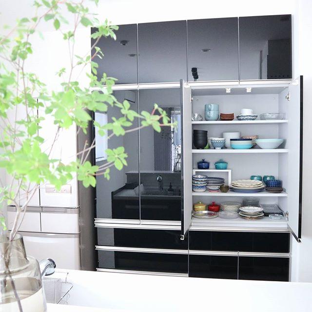 清潔感溢れる鏡面仕上げの食器棚