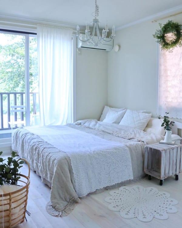 ホワイトでまとめたフレンチスタイルの寝室