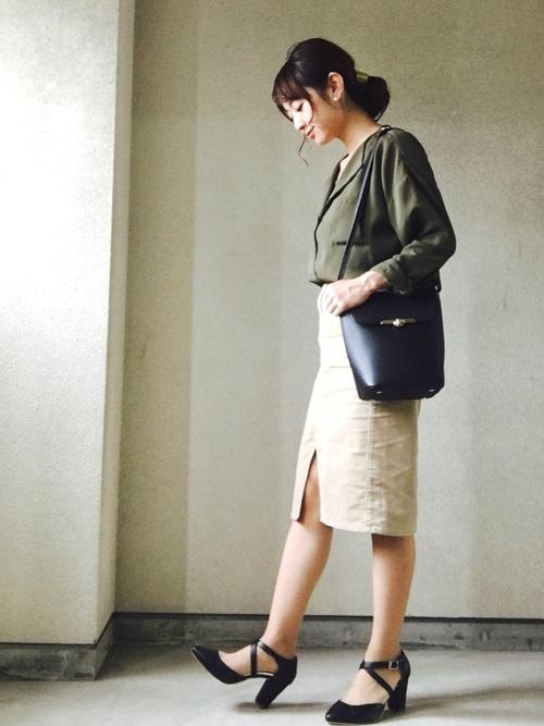 GUスカート×緑シャツのオフィスカジュアル
