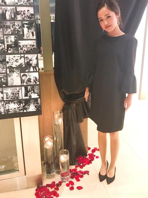 シンプルなブラックワンピースで結婚式コーデ