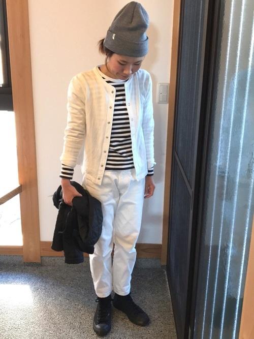 黒スニーカー×白パンツの春コーデ