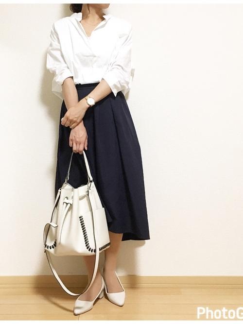 GUスカート×白シャツのオフィスカジュアル
