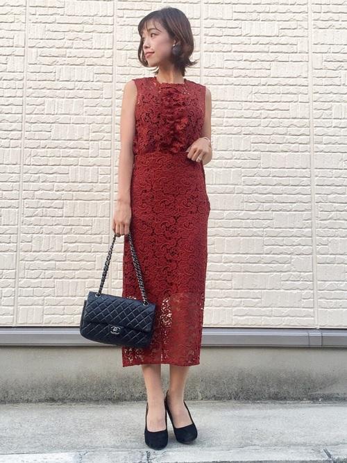 鮮やかなレッドドレスの結婚式コーデ