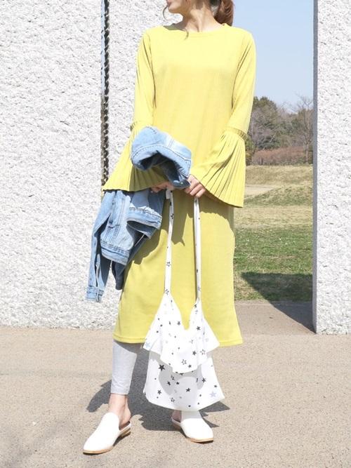 黄色ワンピース×レギンスの4月向けコーデ