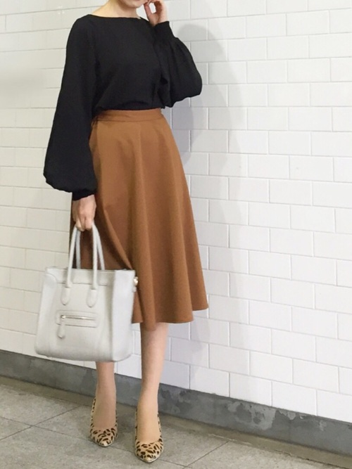 GU茶色フレアスカートのオフィスカジュアル