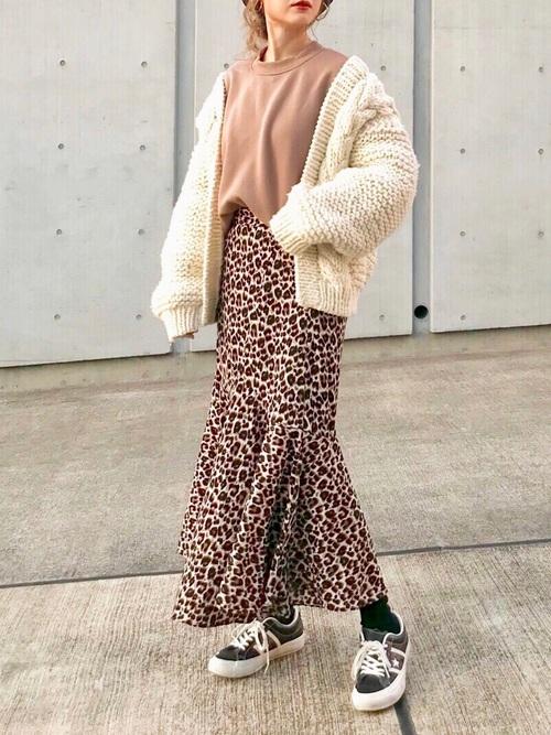 ラッフルスカートの印象美人コーデ