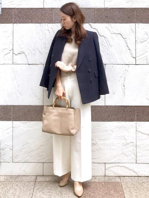 紺ジャケット×白パンツのレディース面接コーデ
