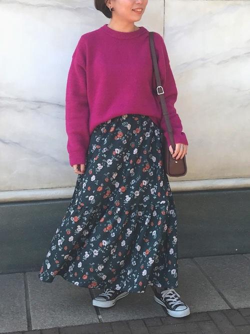 パーカー×ピンク花柄スカートのお花見コーデ