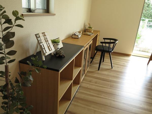 壁にデスク兼収納家具になるユニット家具