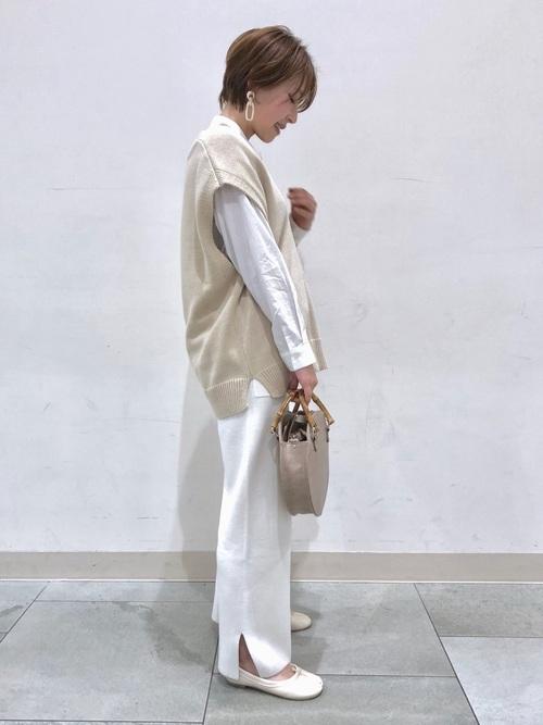 ベージュベスト×白パンツの40代春コーデ