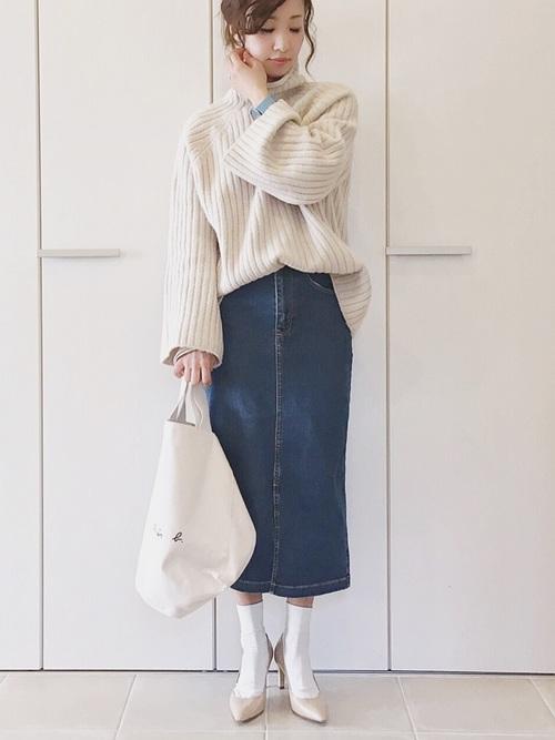 白ニット×デニムスカートの40代春コーデ